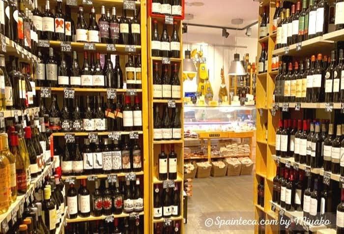 床から天井まで店内に並ぶスペインの定番ワインからレア物ワイン