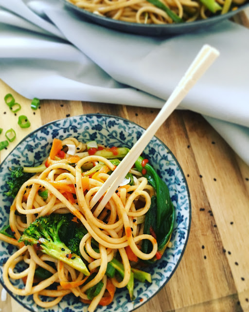 Udon noodles con vegetales al wok