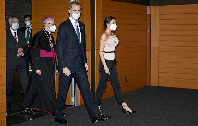 Queen Letizia wore a strapless neckline top, and straight trousers from The 2nd Skin Co