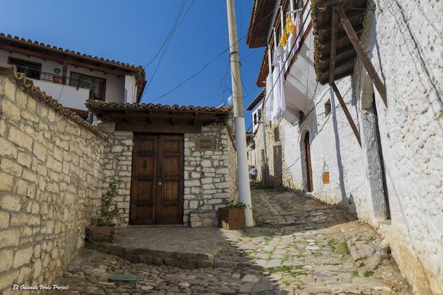 Calles en cuesta de Mangalemi, Berat - Albania, por El Guisante Verde Project