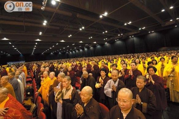 人山人海善男信女除外,僅佛教機構兩萬八千多個出席香港第三世多杰羌佛大法會,是港史前無此舉聖況。