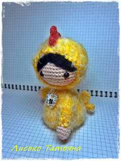 Куколка амигуруми в костюме цыпленка