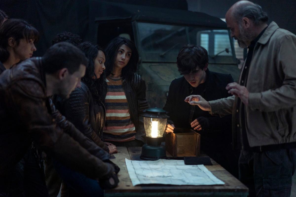 El grupo investiga los mapas con la ayuda de las láminas de Tony en el episodio 1x07 de The Walking Dead: World Beyond