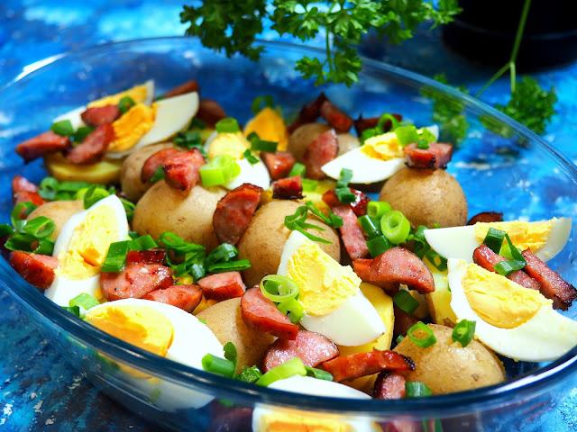 Sałatka wiejska z ziemniakami i sosem chrzanowym