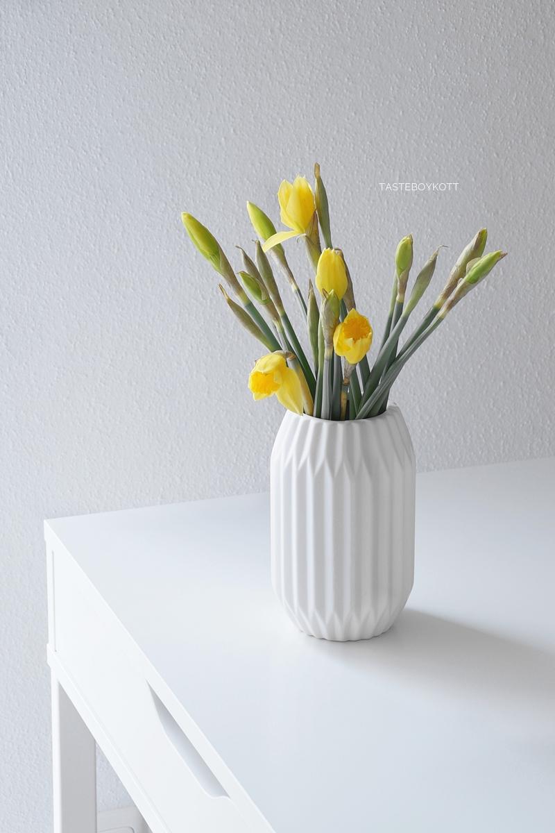 Gelbe Narzissen in weißer Origami-Vase als minimalistische Frühlingsdeko