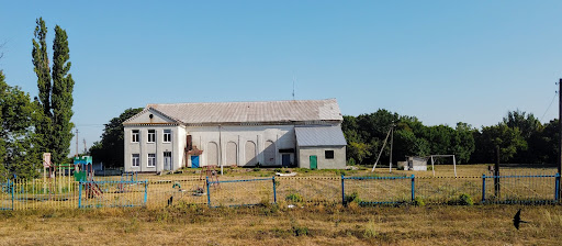 Новопідгородне. Будинок культури і футбольне поле