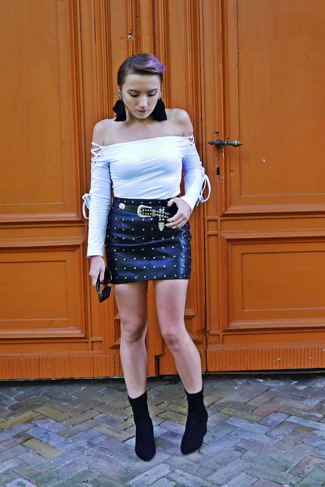 4_flower_sunglass_leather_skirt_socks_shoes_belt_white_top_karyn_blog_modowy_110917afgh