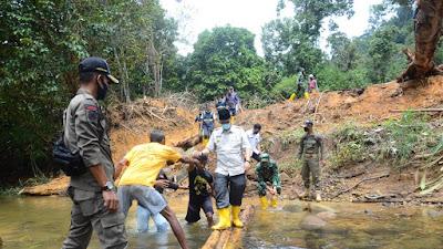 Pjs Bupati Lingga Bersama Pasinter Kodim 0315 Bintan meninjau lokasi karya bhakti TNI AD