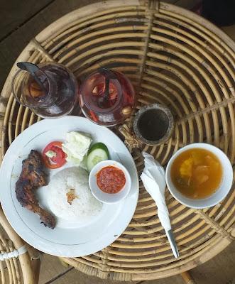 Menu makan siang di Maknoni Village