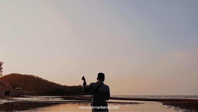 Senja, Debur Ombak Tepi Pantai dan Sebuah Kisah Anak Indie