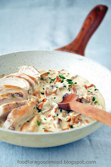 Były już polędwiczki, risotto, tarta - teraz czas na kurczaka. Soczysty grillowany filet w kremowym sosie kurkowym z odrobiną białego wina. To nie ma prawa nie smakować! Idealne połączenie, a przy tym banalnie proste i szybkie w wykonaniu. Kto próbuje? :)