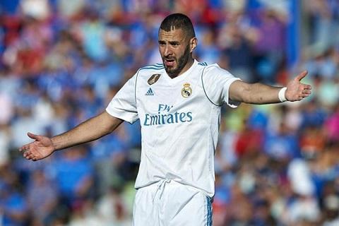 Liên tiếp bỏ lỡ cơ hội ghi bàn, sa sút rõ rệt, Benzema vẫn được ưu ái quá mức ở Real Madrid