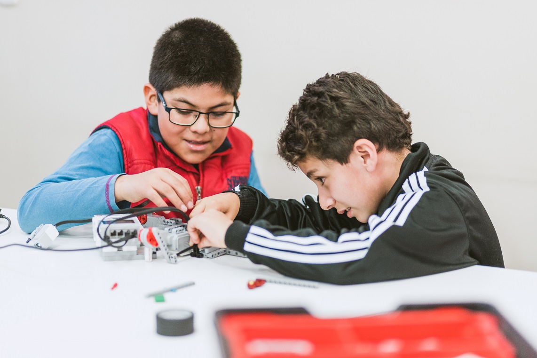 robot-hijoa-aprender-ia-inteligencia-artificial-ensenar-robotica-educacion-educativa-robotics-lego-duplo-arduino-ninos-ninas-adolescentes-jovenes-cursos-clases-talleres-arequipa-peru