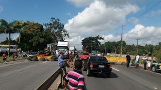 Caminhoneiros param a  BR-101 ao fazerem protesto contra o aumento dos preços de combustíveis