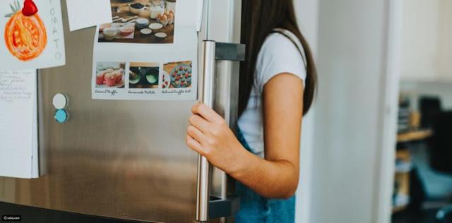 بعد أن حرمتها والدتها من الجوال.. فتاة تستخدم الثلاجة كبديل !