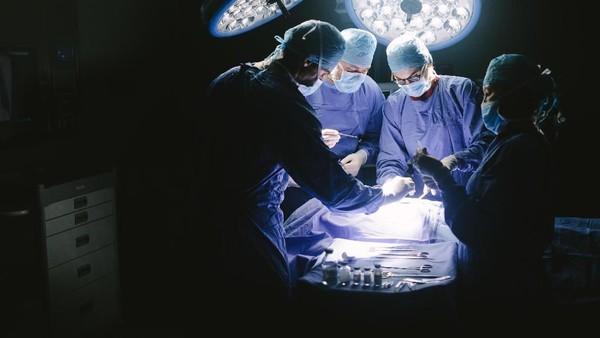 Dokter Temukan 1 Kilogram Paku-Sekrup dari Perut Pria Ini!