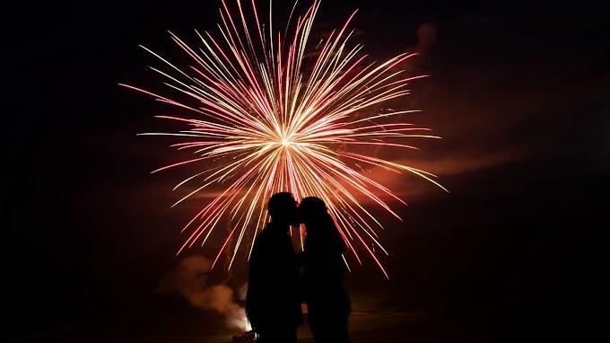 Casal Apaixonado Fogos de Artifício