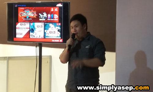 PRESENTASI : Suryanto Wirawan dari Astra Motor Pontianak saat memberikan presentasi fitur fitur unggulan dari All New Honda PCX Hybrid kepada para peserta yang rata rata Jurnais dan Netizen Blogger Pontianak itu. Foto Asep Haryono