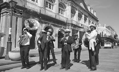 Νεότερη τζαζ μπάντα σε δρόμο της Νέας Ορλεάνης / New Orleans jazz band