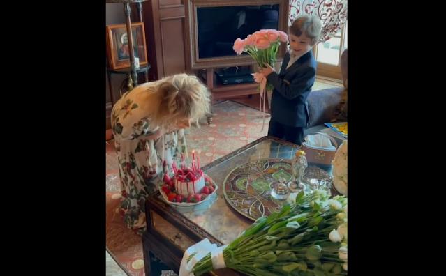 Пугачева плюнула в праздничный торт на свой день рождения
