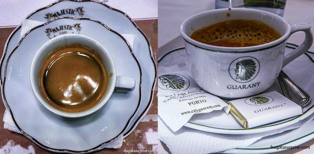 Xícaras de café dos Café Majestic e Café Guarany, no Porto