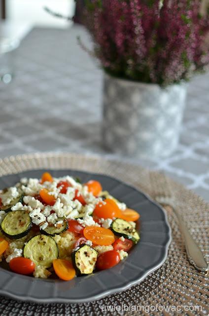Sałatka z kaszy jaglanej, fety, cukinii i pomidorków