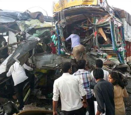 bus-truck-accident-mp-khandwa-indore-खंडवा-मध्यप्रदेश-बस सामने से आ रहे ट्रक में घुसी , 15 की मौत 40 से अधिक गंभीर घायल