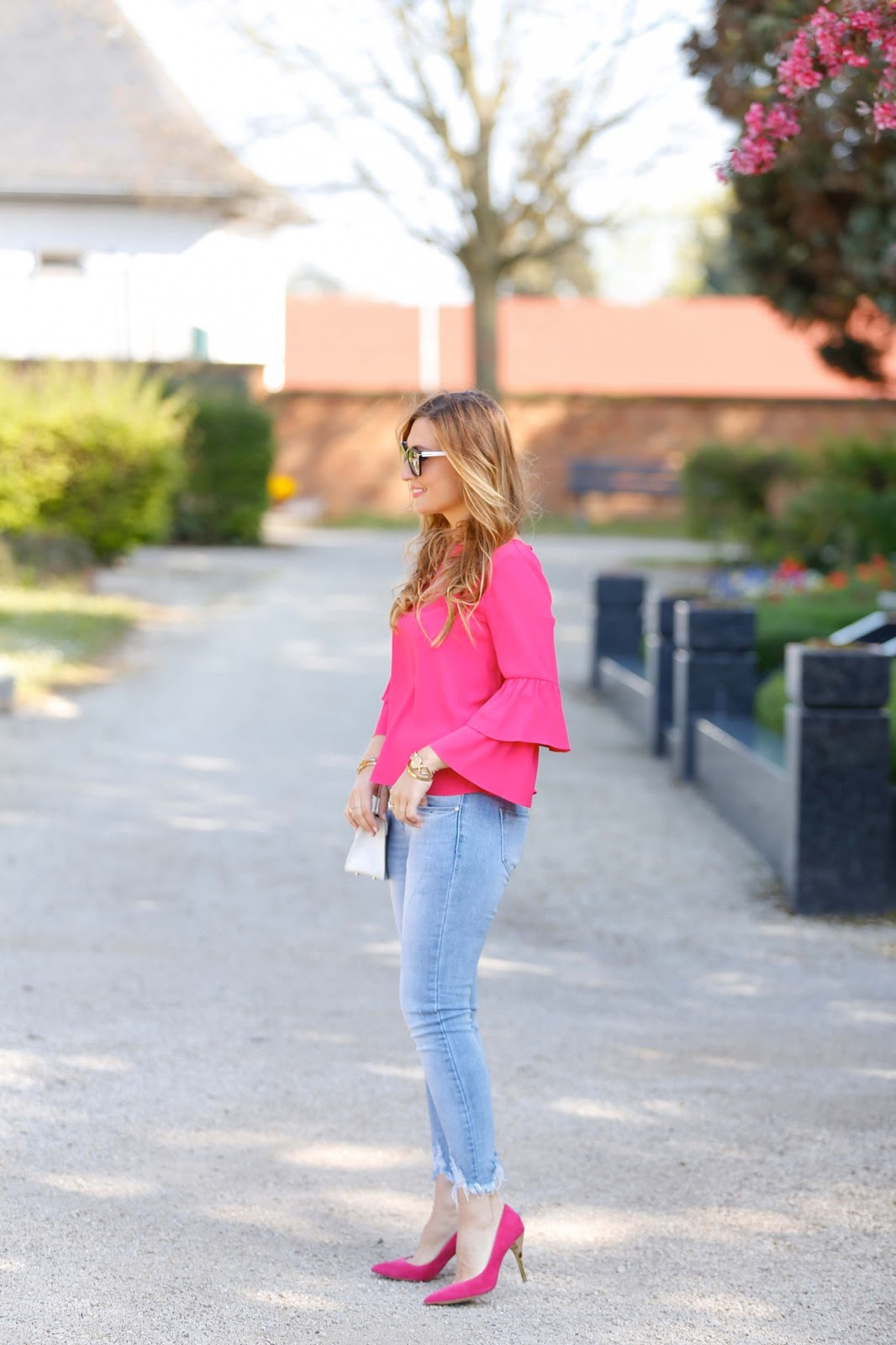 wie-trägt-man-eine-7-8-Hose-helle-jeans-kombinieren-pinke-high-heels-angesagte-Sommertrends