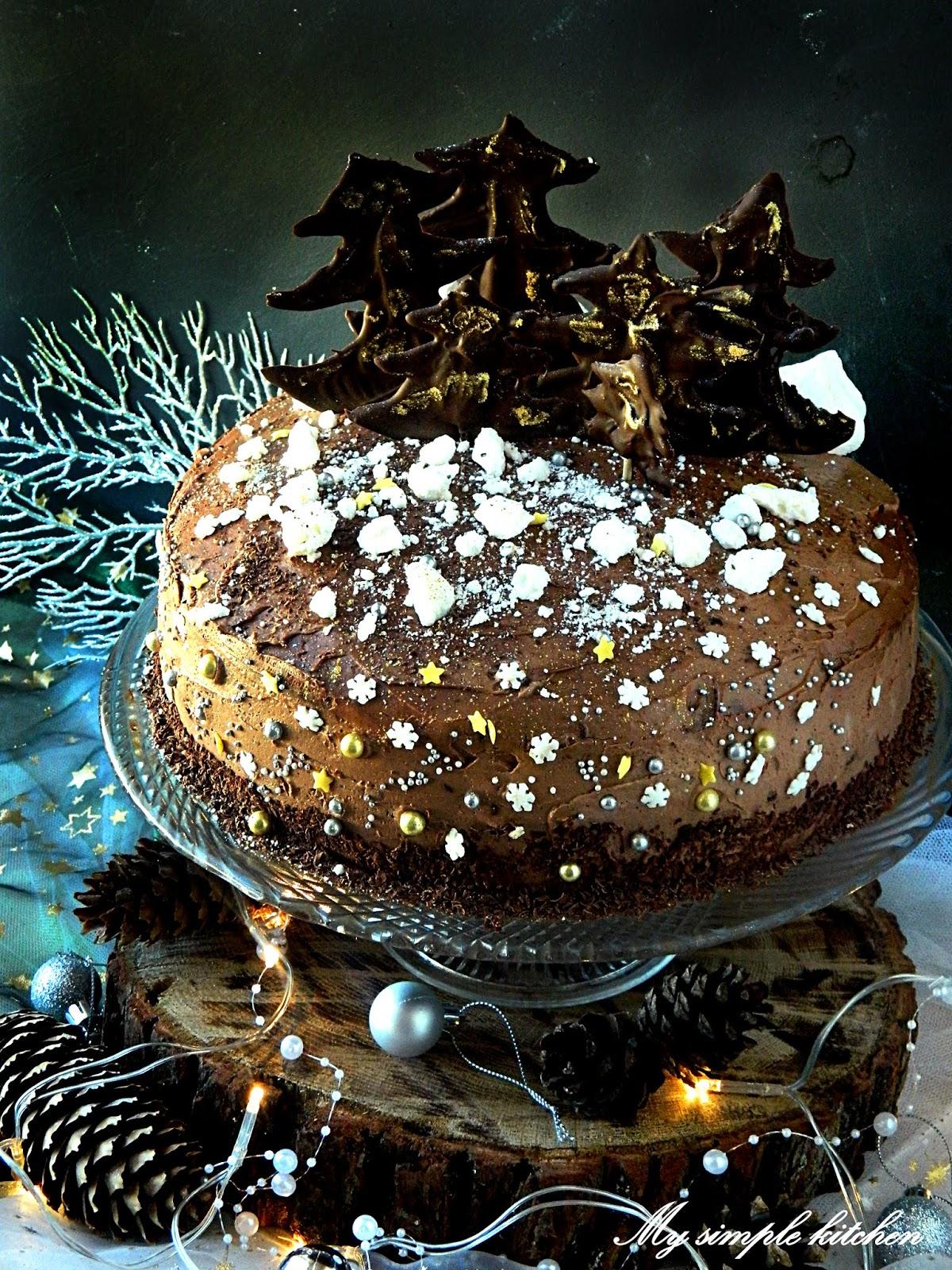 Tort czekoladowy z suszonymi śliwkami i kawą