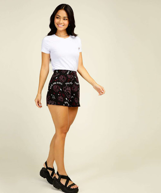 O shorts de sarja pode ser utilizado com inúmeras combinações, tudo depende de como se estiliza o look
