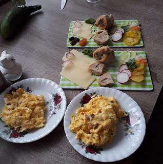 chlebek ziołowy, jajecznica, ser, pomidory