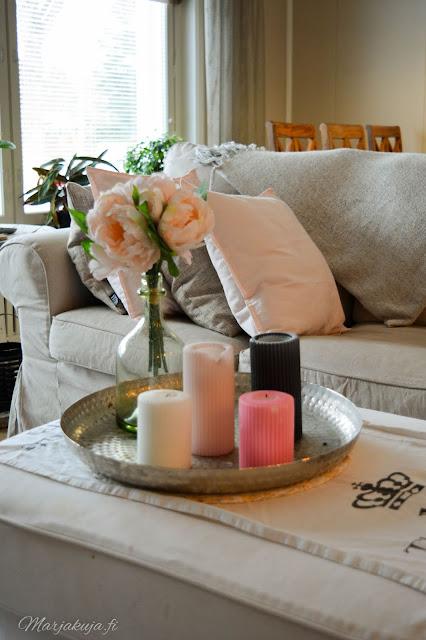 ikea ektorp sisustus olohuone livingroom hempeä pastelli kevät kynttilä
