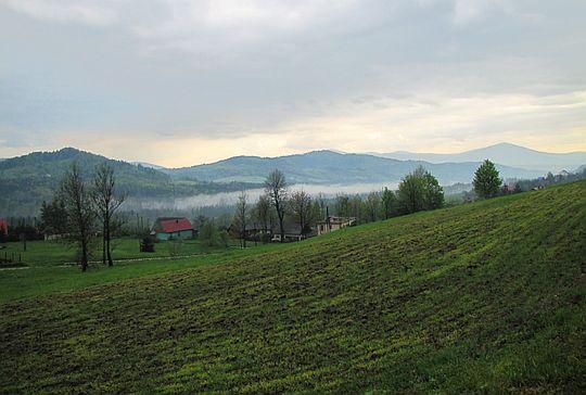 W dolinie ścieli się mgiełka.