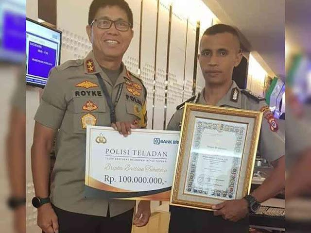 Tito Karnavian Beri Penghargaan Polisi Teladan ke Bastian Tuhuteru