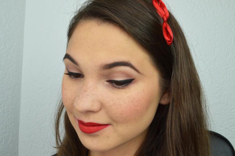 Pin Up Look mit roten Lippen
