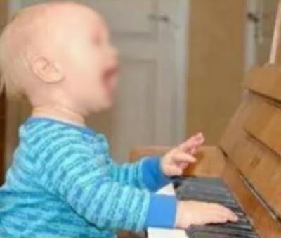 grappige baby aan het zingen