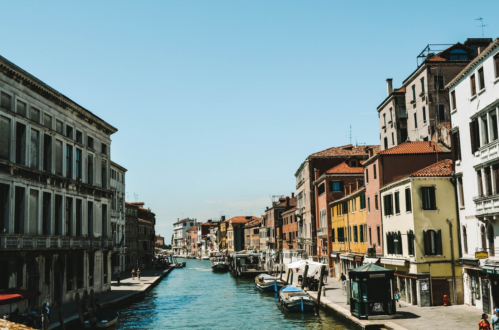 summer-2019-in-venice-italy-at-rialto-bridge-grand-canal-gondola-ride-must-do-list