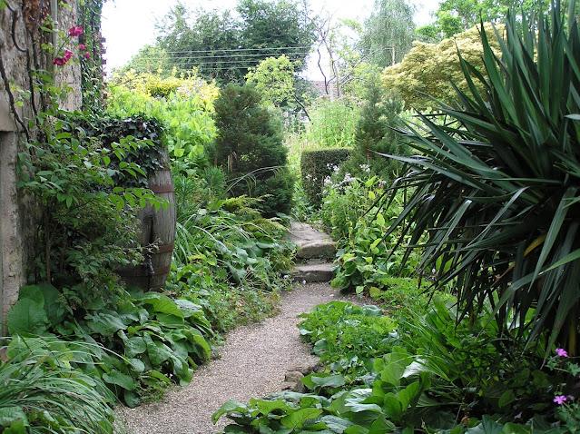 ścieżka w ogrodzie, ogród wiejski