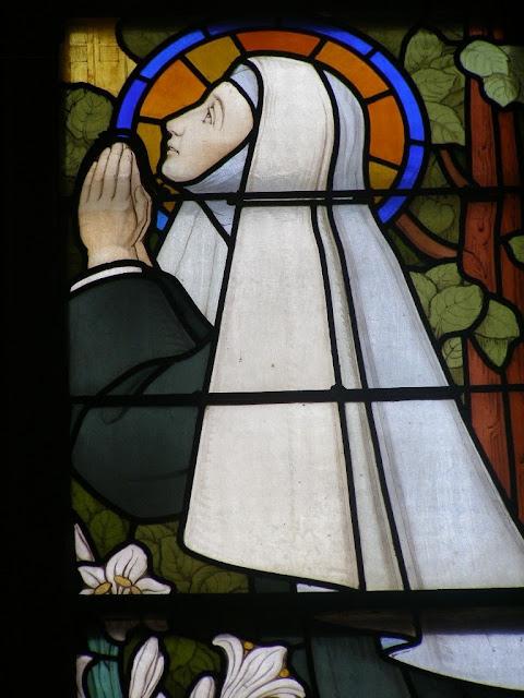 religieuse, vitrail, église de Feurs ©Défrade