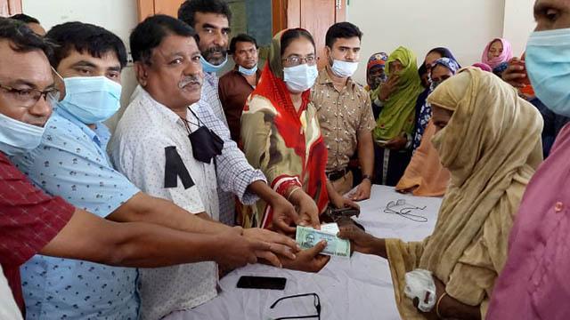 গাইবান্ধা ইউনিয়নে 'মানবিক সহায়তা কর্মসূচীর টাকা বিতরণ