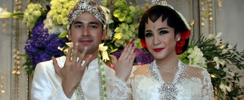 kalau pasangan yang satu ini semua orang sudah tau kalau pernikahan keduanya memang sangat mewah dan mahal termasuk cincin kawin raffi nagita
