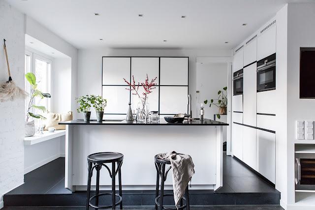 Living și bucătărie pe niveluri diferite într-un apartament de 48 m²