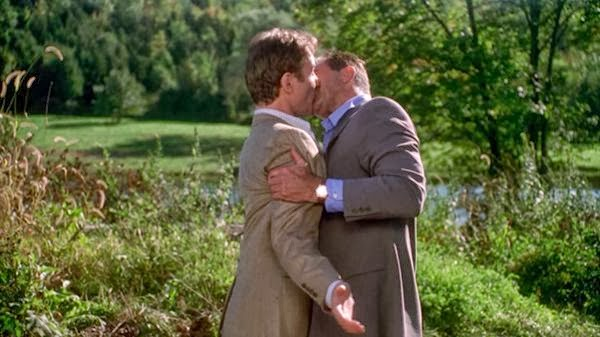 Beso gay entre Kevin Kline y Tom Selleck