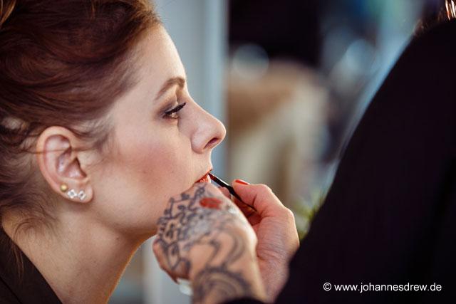 Chrissie wird mit den neuen trend IT UP Lippenstiften geschminkt