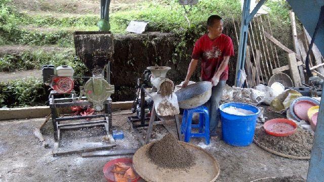 Membuat Pakan Ikan