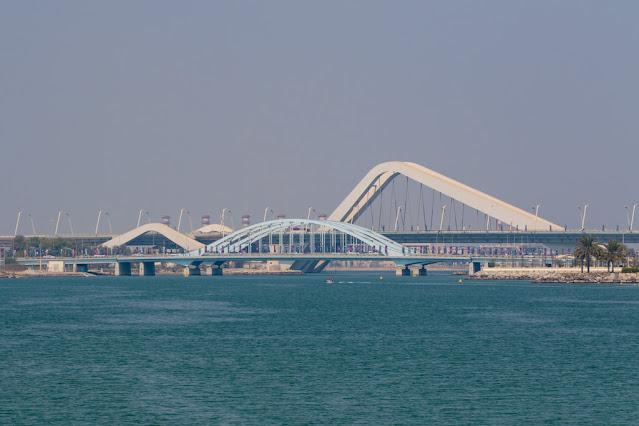 Ponte ondulato di Zaha Adid dal Souq al Maqta-Abu Dhabi
