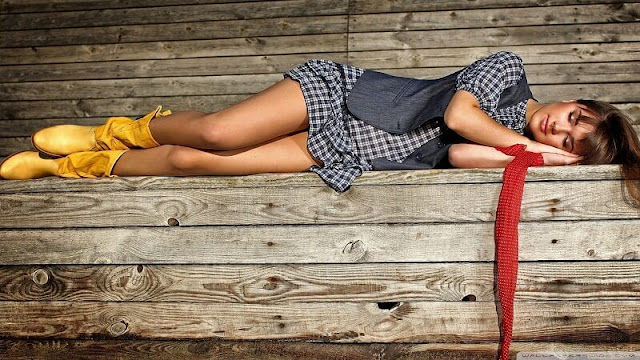 perempuan cantik yang tertidur di bangku taman