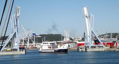 Navio e a ponte móvel do Porto de Leixões