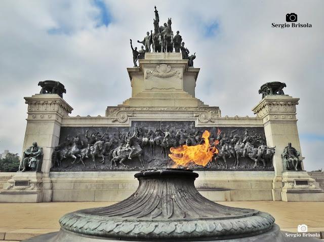 Fotocomposição com a Pira do Altar da Pátria e o Monumento à Independência do Brasil - Ipiranga - São Paulo