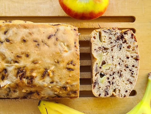 Rezept: Schneller Apfel-Banane-Schoko-Kuchen ohne Zucker. Flott und unkompliziert zu backen, das Malzbier in diesem Kuchen schmeckt man nicht. Die Schokostreusel bzw. Schokotropfen süßen genug.